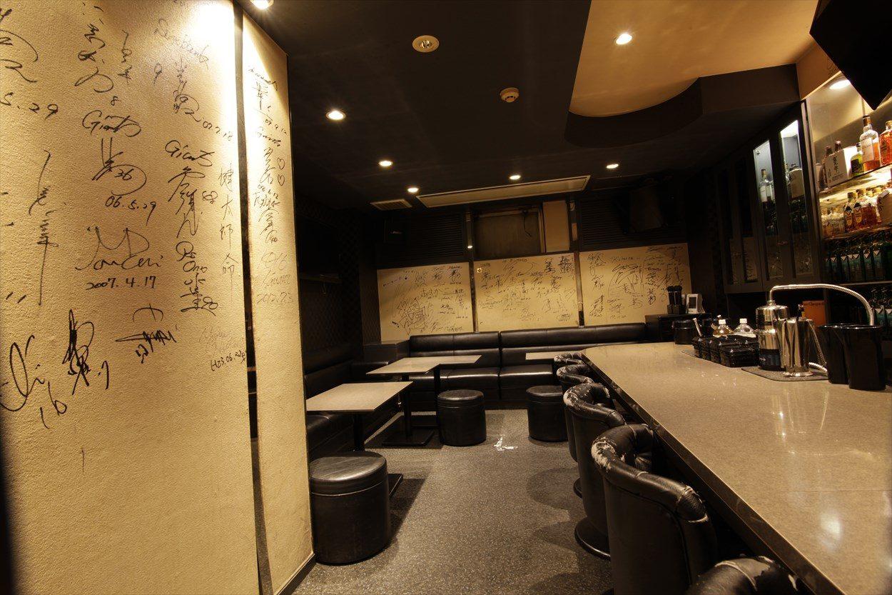 K's bar − 店内